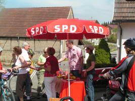 Erfrischungen, Obst und interessante Gespräche beim Radlspaß 2010 Teil3